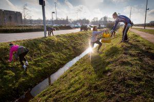 'Plogging' rondom de campus: blikjes, peuken en plastic
